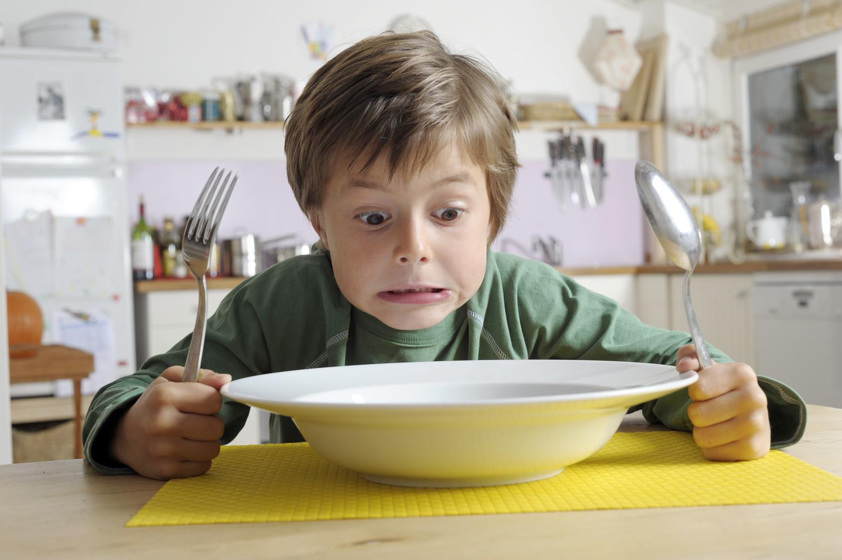 Kind ekelt sich vor seinem Essen